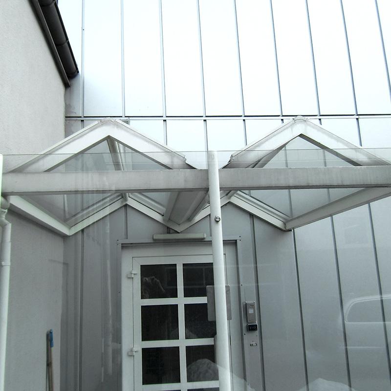 Vordächer aus Aluminium und Stahl